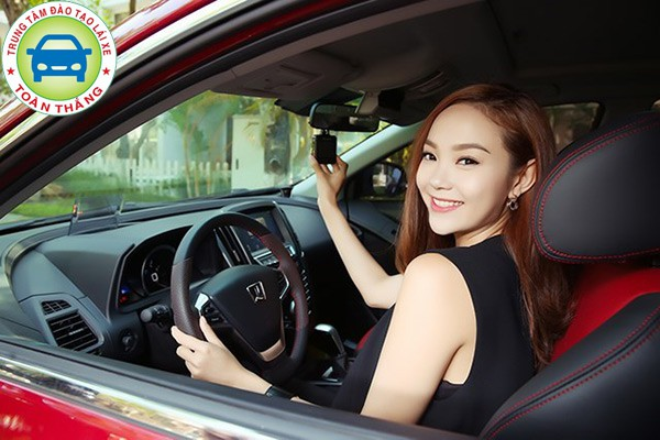 Lái chậm khi lùi xe