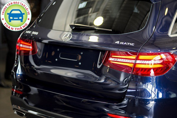 cách lùi xe ô tô sử dụng đèn chiếu gần