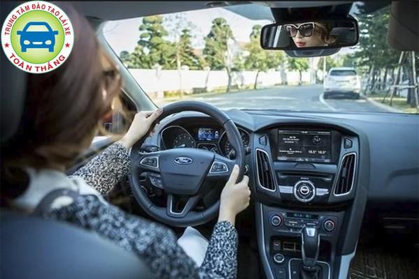 cách lùi xe ô tô xác định hướng xe