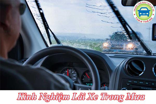 Tìm hiểu kinh nghiệm lái xe trong mưa