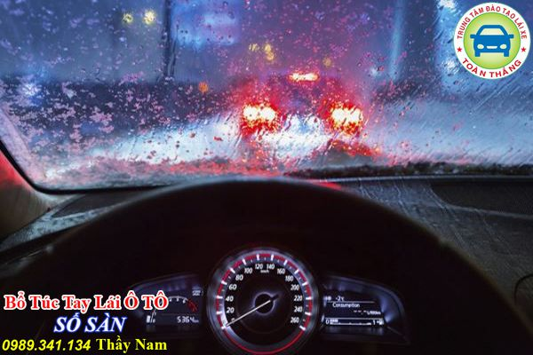 Kinh nghiệm lái xe khi trời mưa