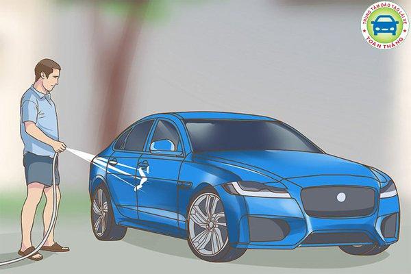 phun nước rửa sạch xe