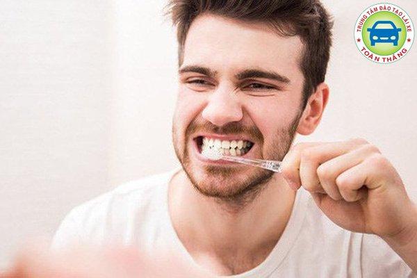 Đánh răng, súc miệng sạch trước khi lái xe