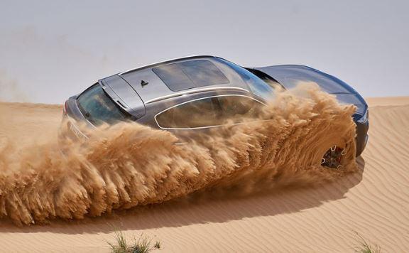 lái xe trên cát